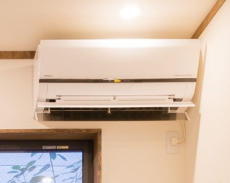Air conditioner (heat and cool) in 1st floor